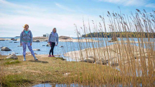 Sirkka Kärkkäinen ja Ria Siren perustivat kävelyn ja mindfulnesin yhdistävän SoulWalkHelsinki-yhteisön ainakin kesän ajaksi.