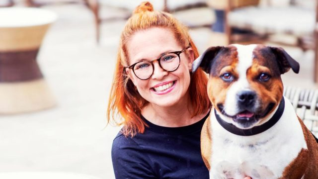 Jenni Kivessilta ja koira Mauri