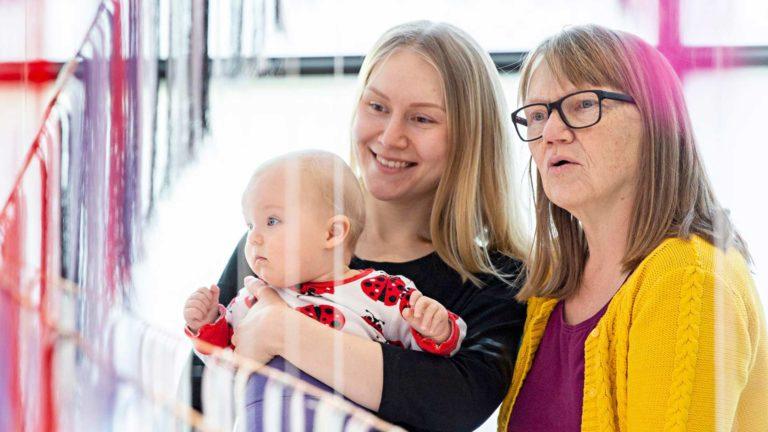 Loviisa, Selma-äiti ja Reija-mummu osallistuvat vauvojen värileikkiin Kiasmassa. Se alkaa tutustumisella kolmeen teokseen museossa.