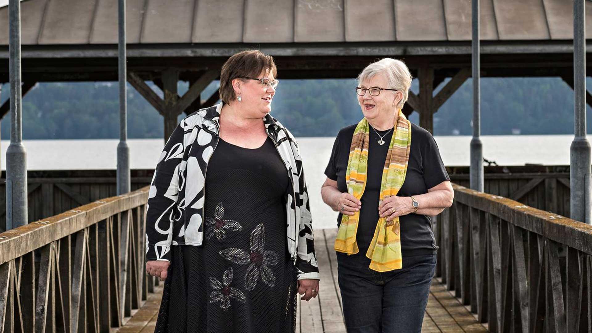 """Jaana ja Anja suosittelevat Alzheimerin tautiin sairastuneiden läheisille vertaistukea. """"Ei kannata jäädä asian kanssa yksin. Huonokuntoisetkin muistisairaat nauttivat ryhmäpäivistä ja virkistyvät."""""""