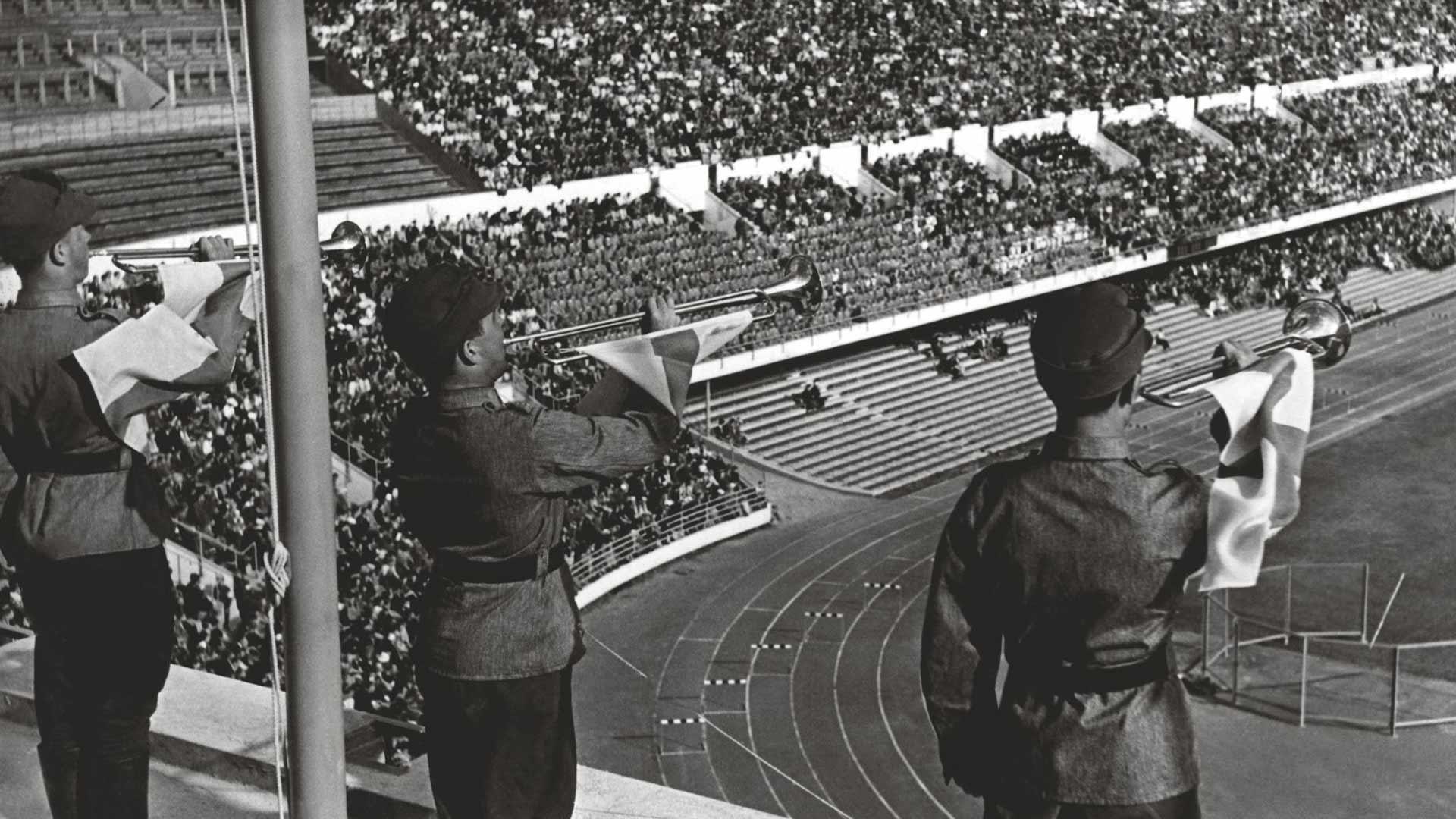 Helsingin olympiastadionin katsomot tuntuivat puolityhjiltä Kaatuneiden urheilijoiden muistokilpailuissa, vaikka avajaisten virallinen yleisömäärä oli yli 30 000 – mahtuihan stadionille näet kaikkiaan 62 000 katsojaa.