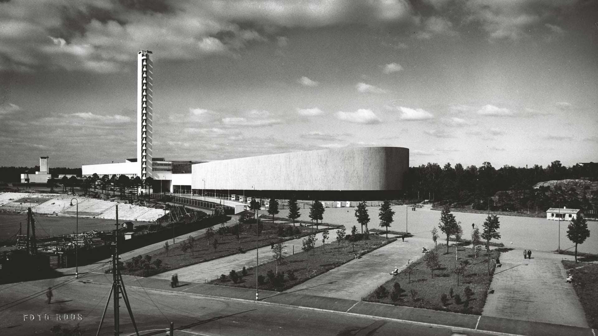 Helsingin olympiatadionia ryhdyttiin laajentamaan vuonna 1938, kun Helsinki sai järjestettäväkseen vuoden 1940 olympiakisat. Puiset lisäkatsomot ja koko itäkatsomo valmistuivat vuonna 1939.