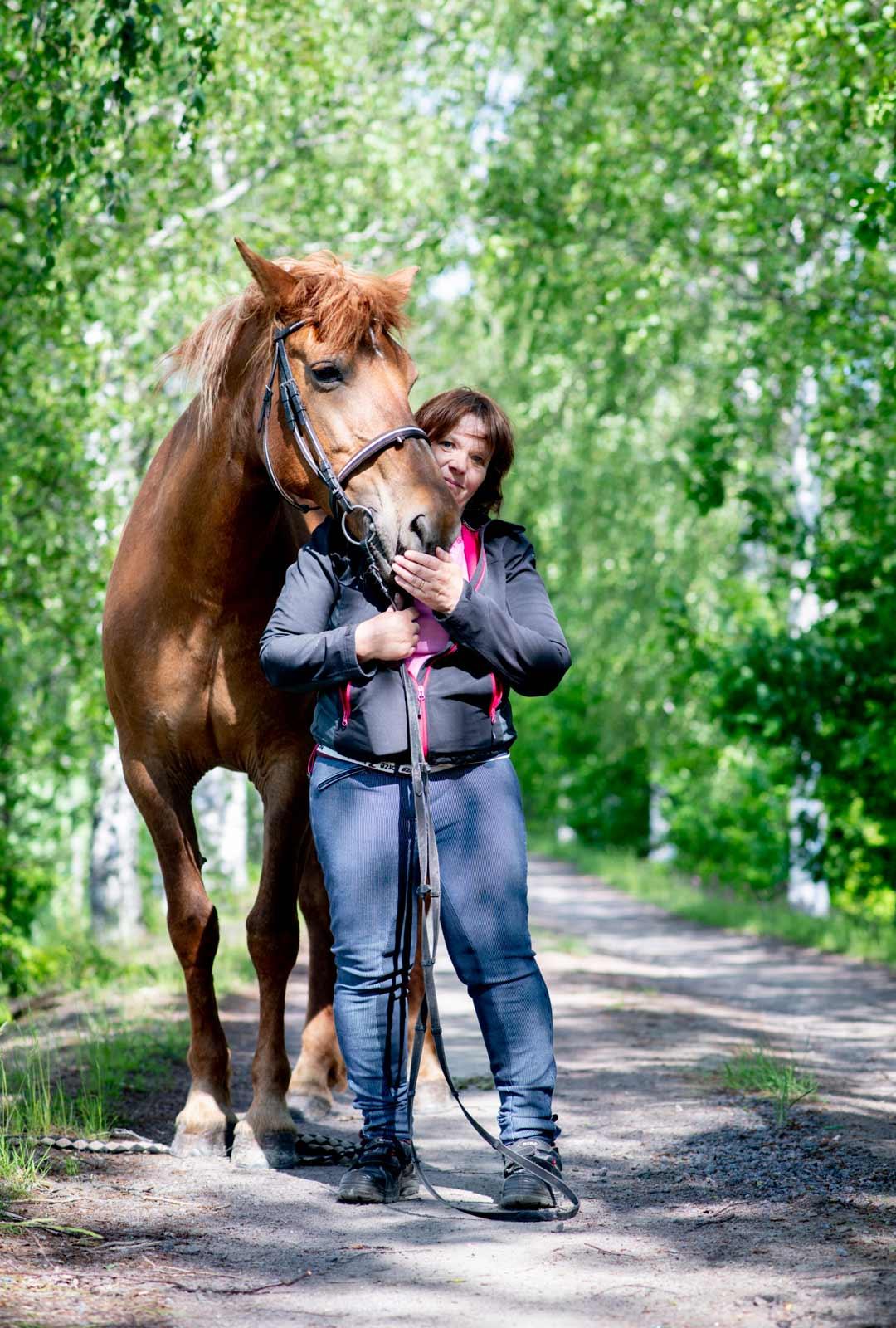 """""""Siro-tamma on fiksu hevonen, ymmärtää puhetta"""", Päivi kehuu."""