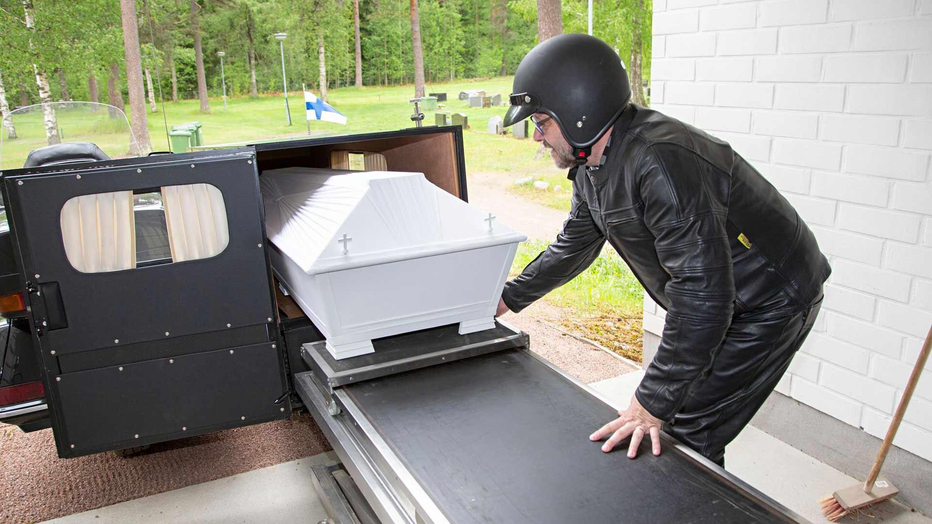 Ruumiinkuljettaja Vesa Suokas on rakentanut Honda-moottoripyörästään vainajan kuljetukseen sopivan kulkupelin.