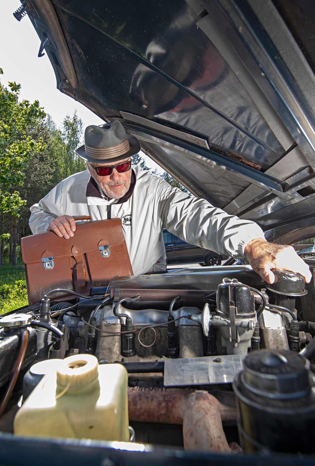 Paavo Horton Roverin konepellin alla jytisee 3-litrainen, kuuden sylinterin moottori.