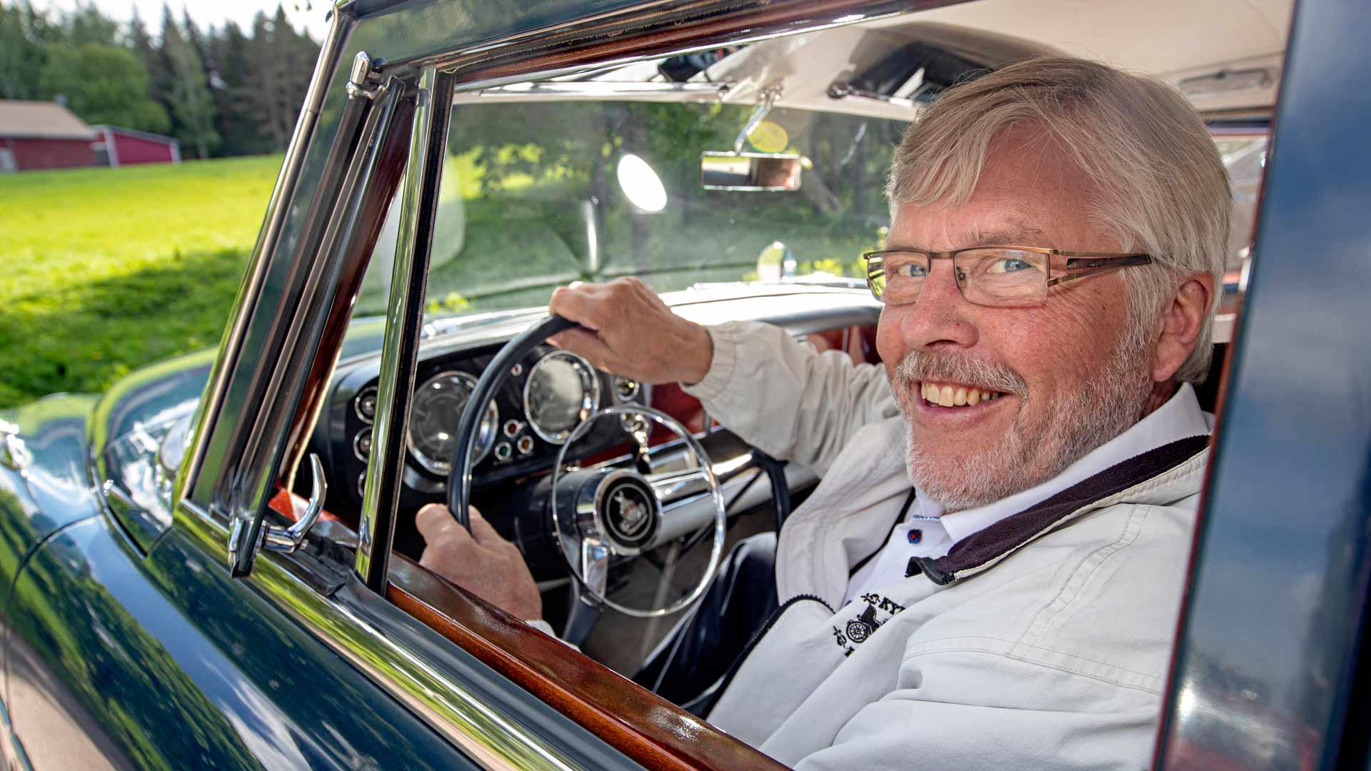 Neljä vuosikymmentä museoautoja harrastaneelle Paavo Hortolle vanhalla Roverilla ajaminen on nautinto.