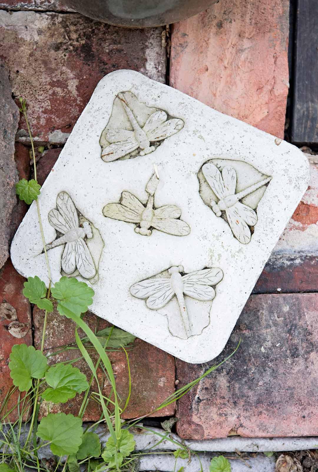 Sisko Hallavainion itse tekemä puutarhakoriste syntyi betonityöstökurssilla.