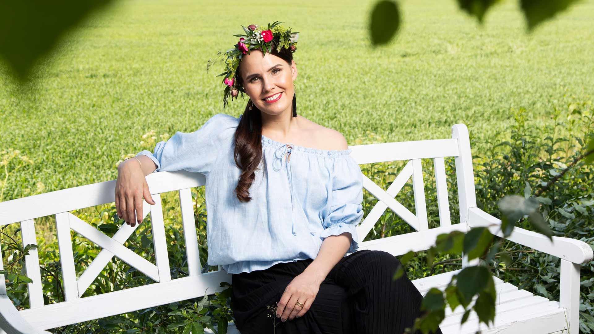 Laulaja ja taidemaalari Anne Mattila oli valmistautunut hektiseen kevääseen, mutta sitten tuli korona. Keväällä hän keskittyi maalaamiseen, poltti kynttilöitä ja kirjoitti runoja.