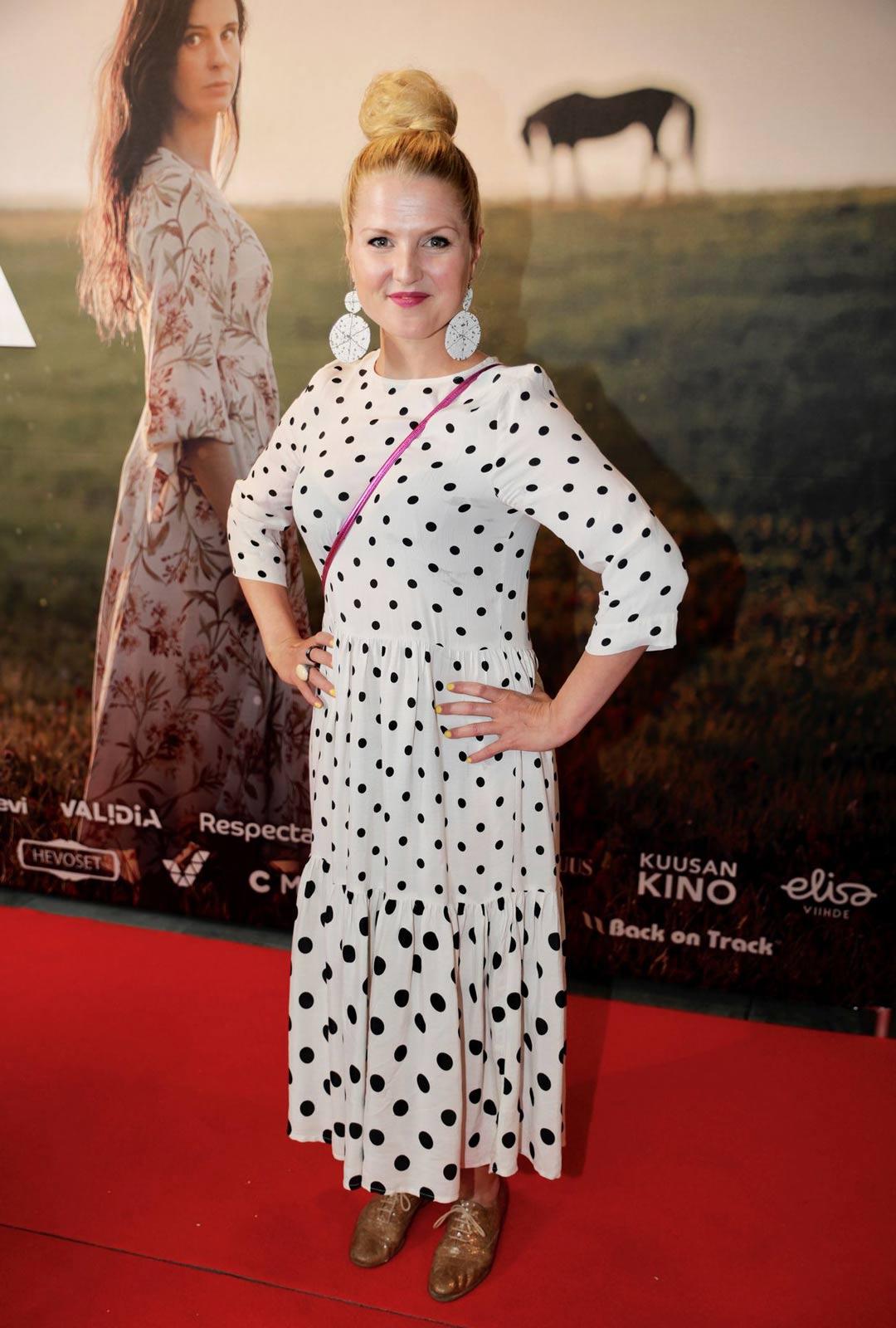 Näyttelijä Helmi-Leena Nummela on päässyt jo hiljalleen kaipaamiensa treenien pariin.