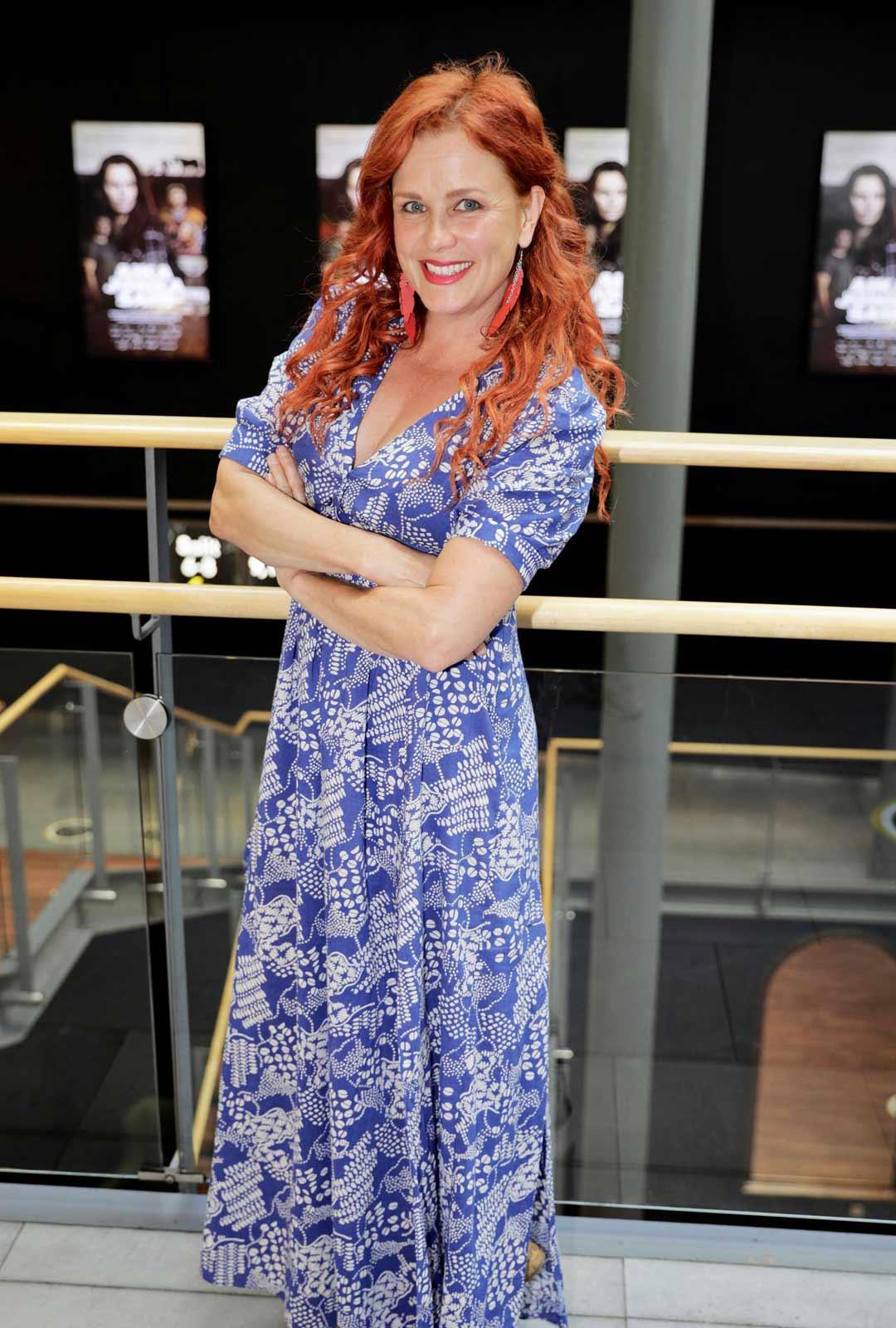 Näyttelijä Kirsi Ylijoki nauttii kesästä koronasta huolimatta.
