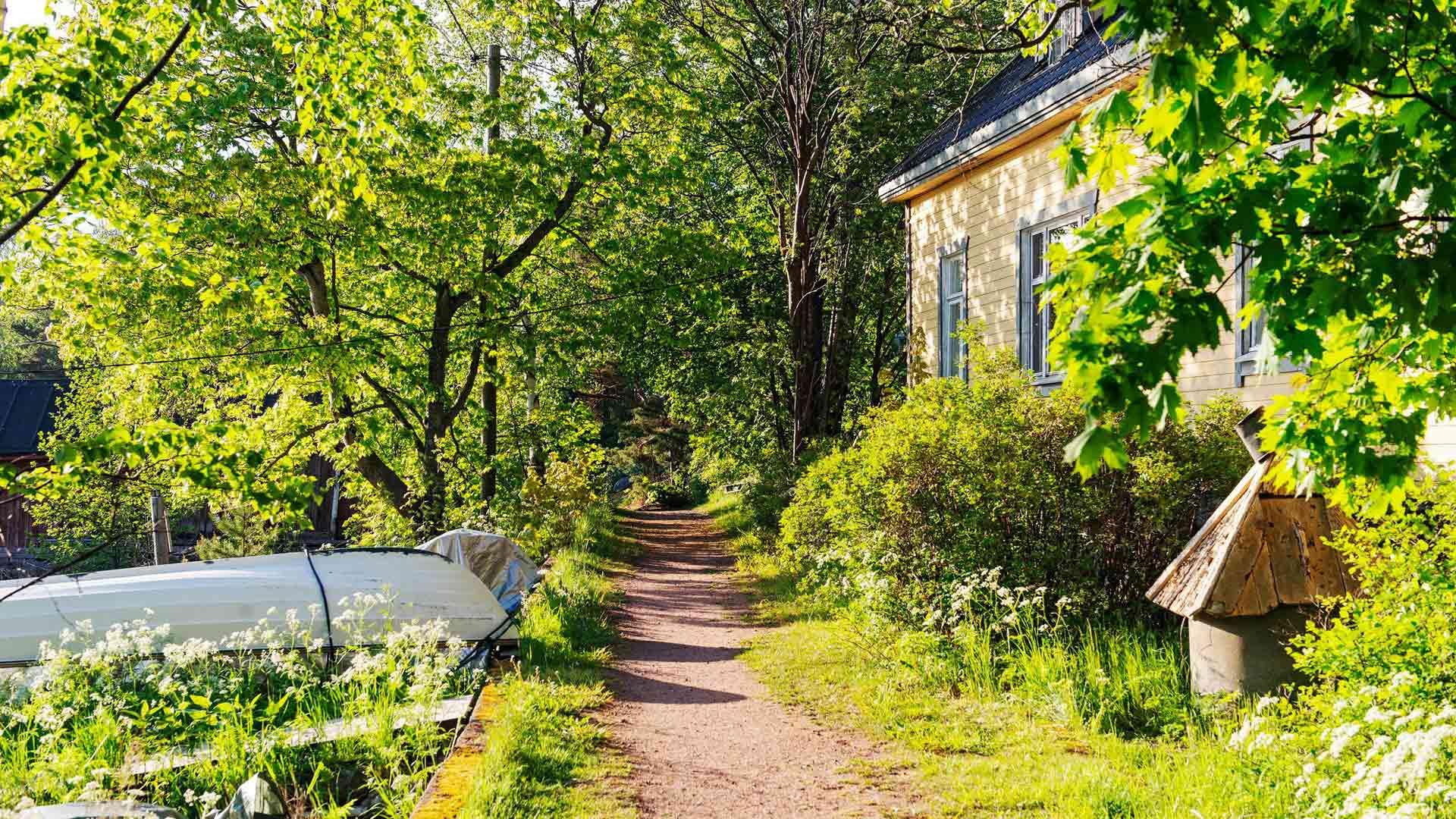 Ilta-auringon paisteessa saaren kapeilla poluilla vanhojen talojen välissä aistii nostalgisen Suomi-filmitunnelman.