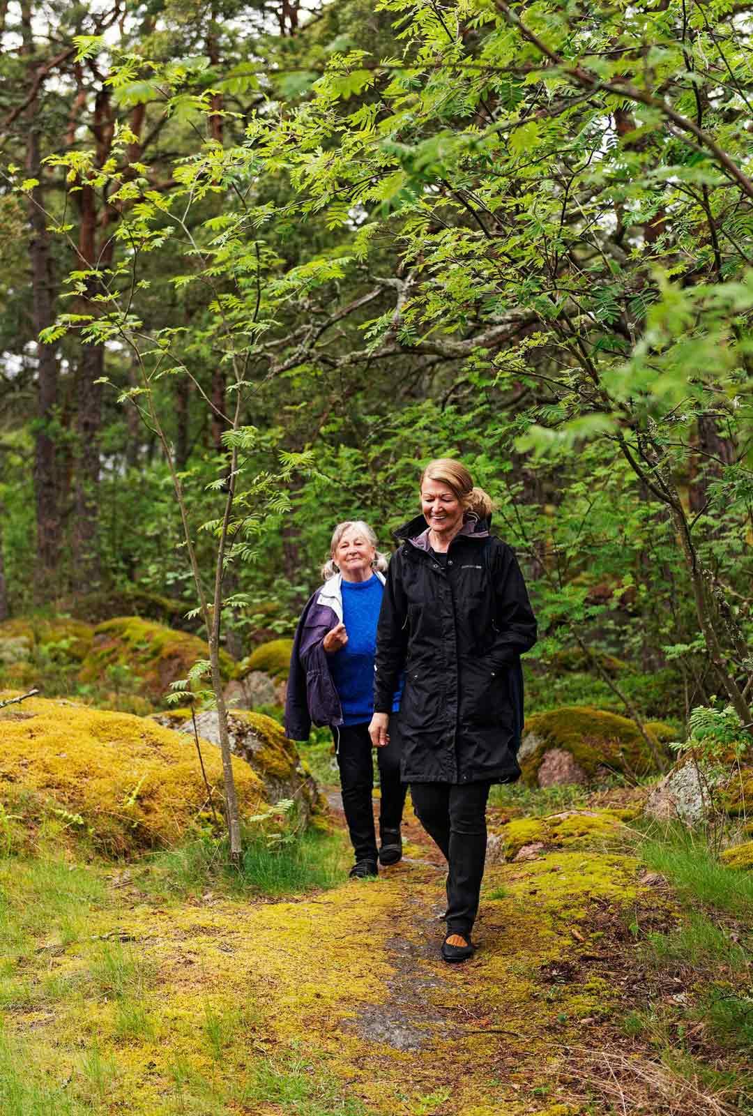 Tuula Hynninen ja Sirpa Ollikainen viihtyvät saaressa lähes koko vuoden. Vain lapsenlapset vetävät heitä Kotkaan.