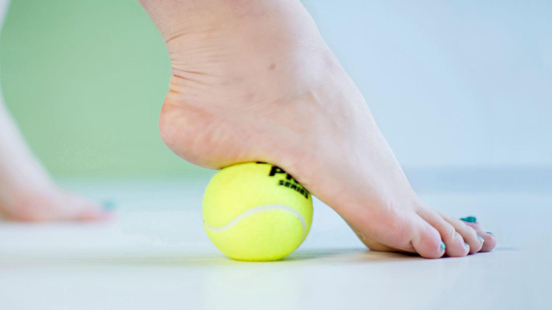 Paina palloa, pyörittele ja liikuta sitä jalan alla eteen ja taakse.