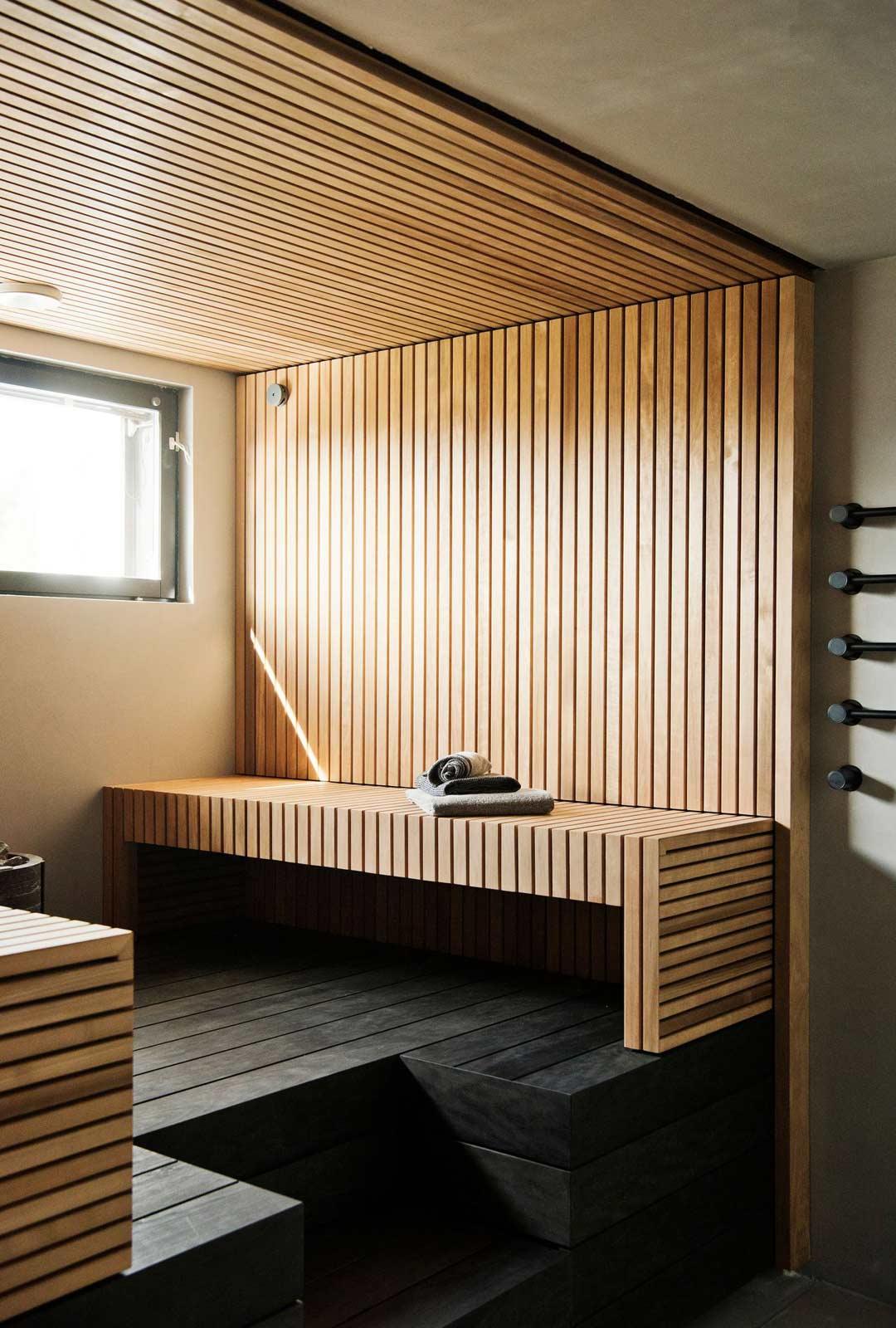 Nylundien saunakin huokuu avaruutta ja rauhaa, mitä he toivovat koko kodiltaan.