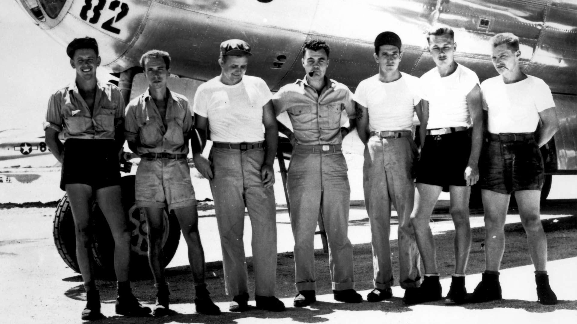 Osa Enola Gayn miehistöä kuvattuna ennen Hiroshiman pommitusta. Keskellä seisoo eversti Paul Tibbets, joka jatkoi sodan jälkeen uraansa maansa strategisissa ilmavoimissa. Tibbets kuoli 92-vuotiaana vuonna 2007.