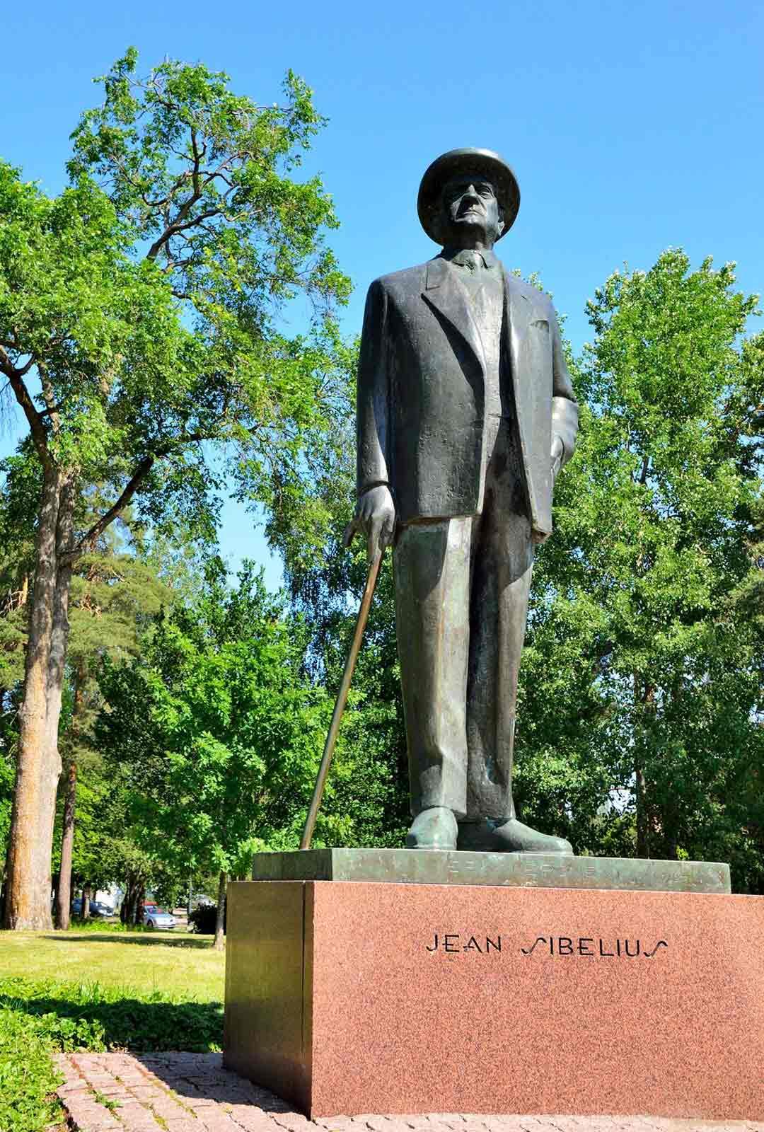 Jean Sibeliuksen patsas Järvenpään taidemuseon pihalla.
