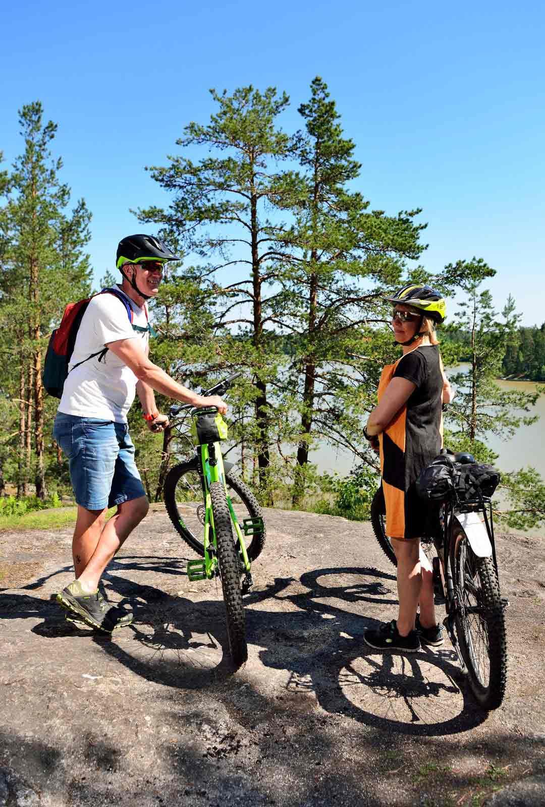 Vantaalaiset Hanna ja Kai Mäkisalo ovat poikenneet pyöräretkellään ihailemaan Sarvikallion upeita maisemia.