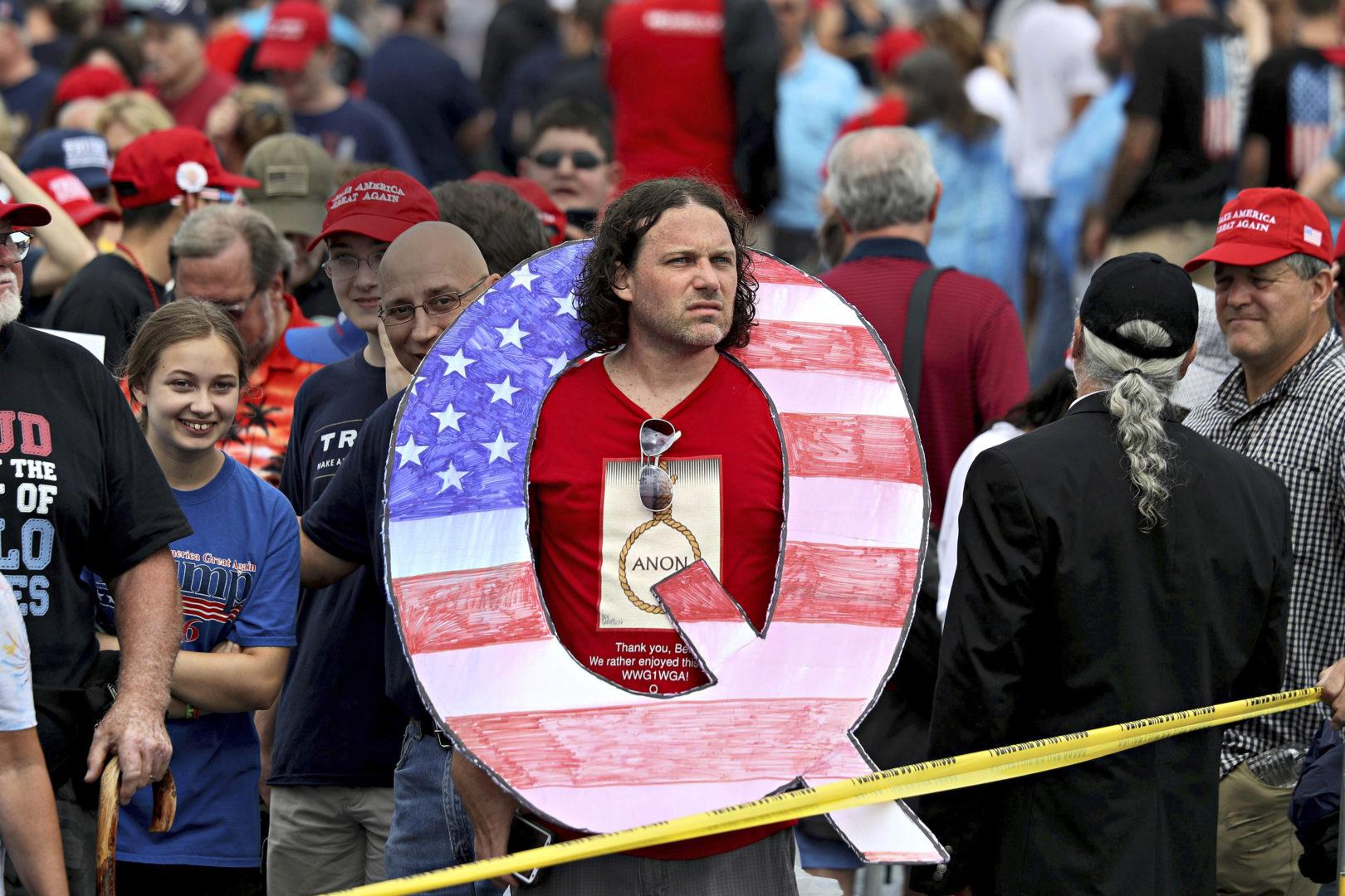 Mielenosoittaja kantoi salaliittoteorioihin viittaavaa Q-kirjainta presidentti Donald Trumpin kannattajien kokoontumisessa Pennsylvaniassa elokuussa 2018.