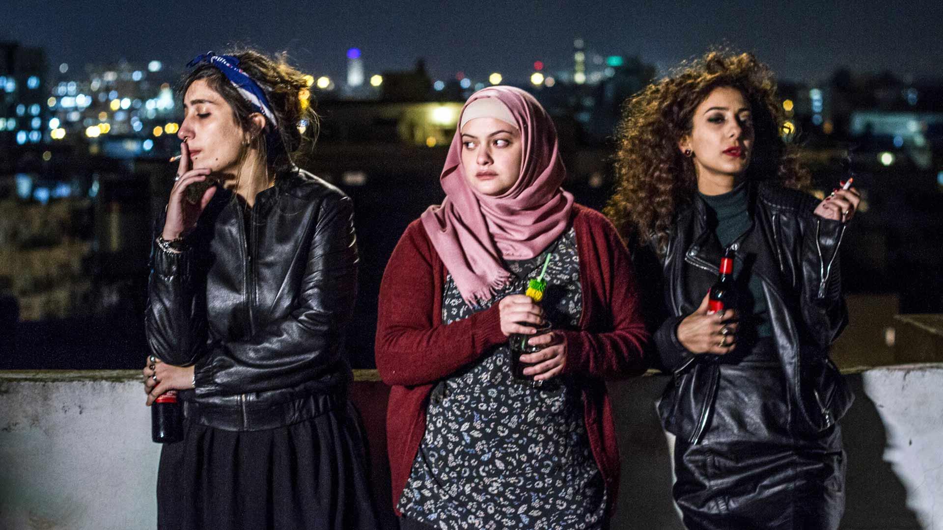 Salman (Sana Jammelieh), Nourin (Shaden Kanboura) ja Laylan (Mouna Hawa) hauskanpitoa ei Tel Avivissa katsota hyvällä elokuvassa Bar Bahar– tanssin jos huvittaa.