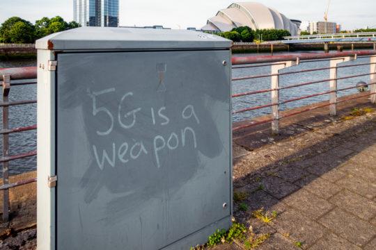 5G-verkkoihin liitetään monenlaisia salaliittoteorioita, joiden mukaan esimerkiksi hallitukset kykenevät levittämään 5G-verkossa hyvinkin mielikuvituksellisia asioita. Kuva Skotlannista.