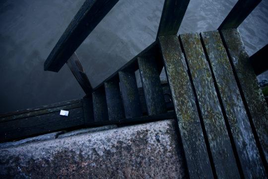 Pelastuslaitos auttaa Aurajokeen hypänneitä tai pudonneita ihmisiä parisenkymmentä kertaa vuodessa. Virrasta on lähes mahdotonta päästä ylös yksin. Joen pohja on myös täynnä romua, kuten polkupyörän raatoja ja uppotukkeja, mikä vaikeuttaa pelastustehtäviä. Lisäksi joen vesi on sameaa.  Kuva: Pekka Nieminen/ Otavamedia