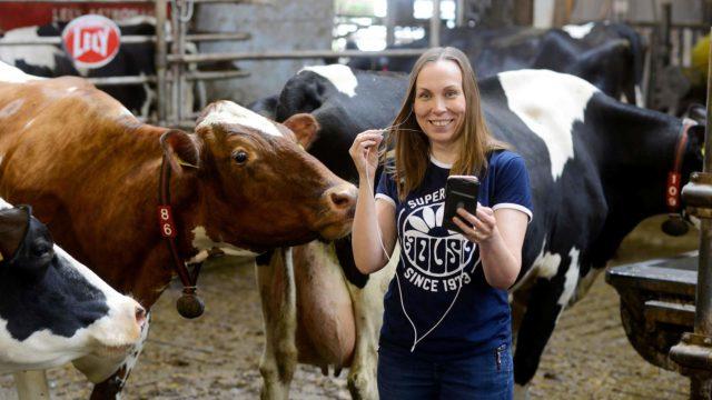 """Somessa tulee herkästi paineita siitä, minkä näköinen pitäisi olla tai miten laulaa. """"Sille tielle en lähde. Miltähän se näyttäisi, jos laulaisin täällä lehmien seassa glittereissäni?"""" Johanna nauraa."""