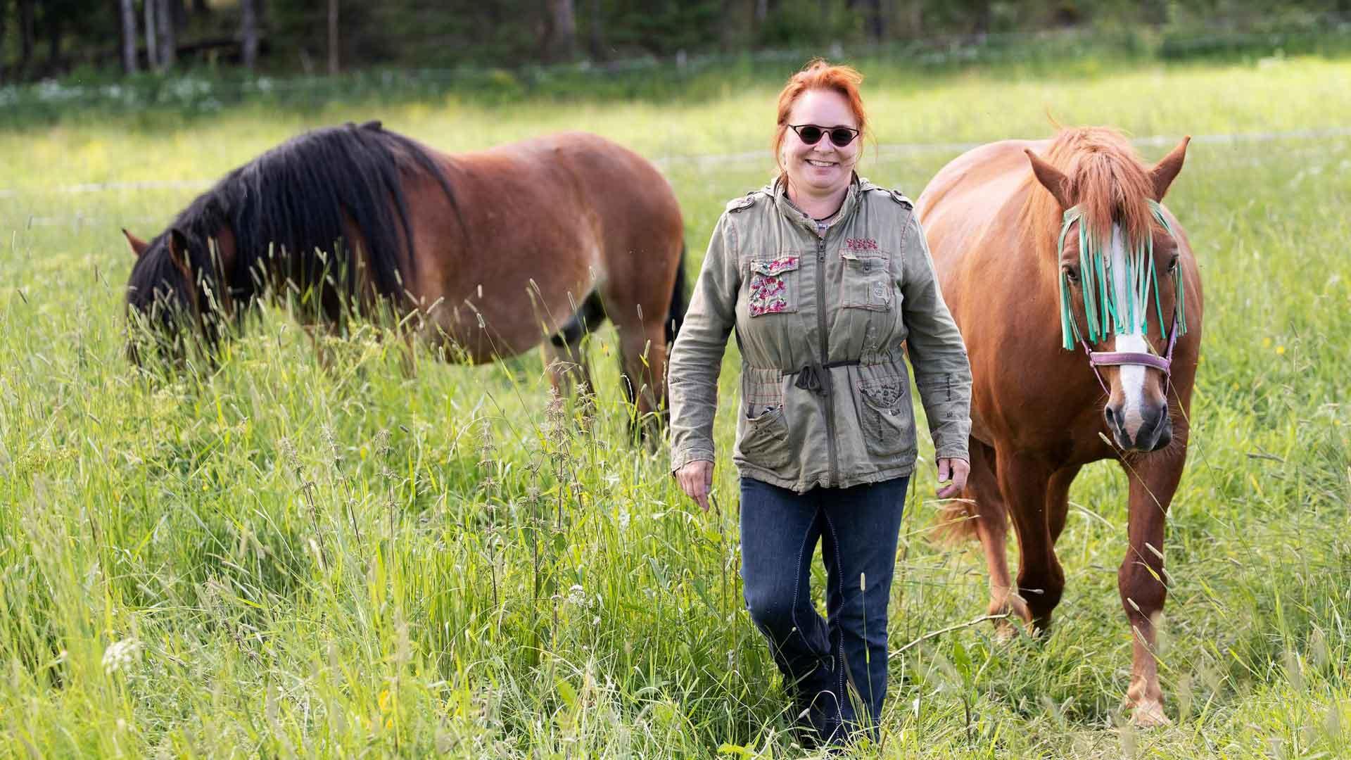 Ulla Hukan Cardehumma-maatilalla asustaa viisi hevosta, kaksi koiraa, kaksi vuohta ja kaksi kiliä, kaksi aasia, kanoja, pupuja ja kissoja. 7-vuotias Edgar on myös kylmäverinen pohjoisruotsintyöhevonen, kuten edesmennyt Eki.
