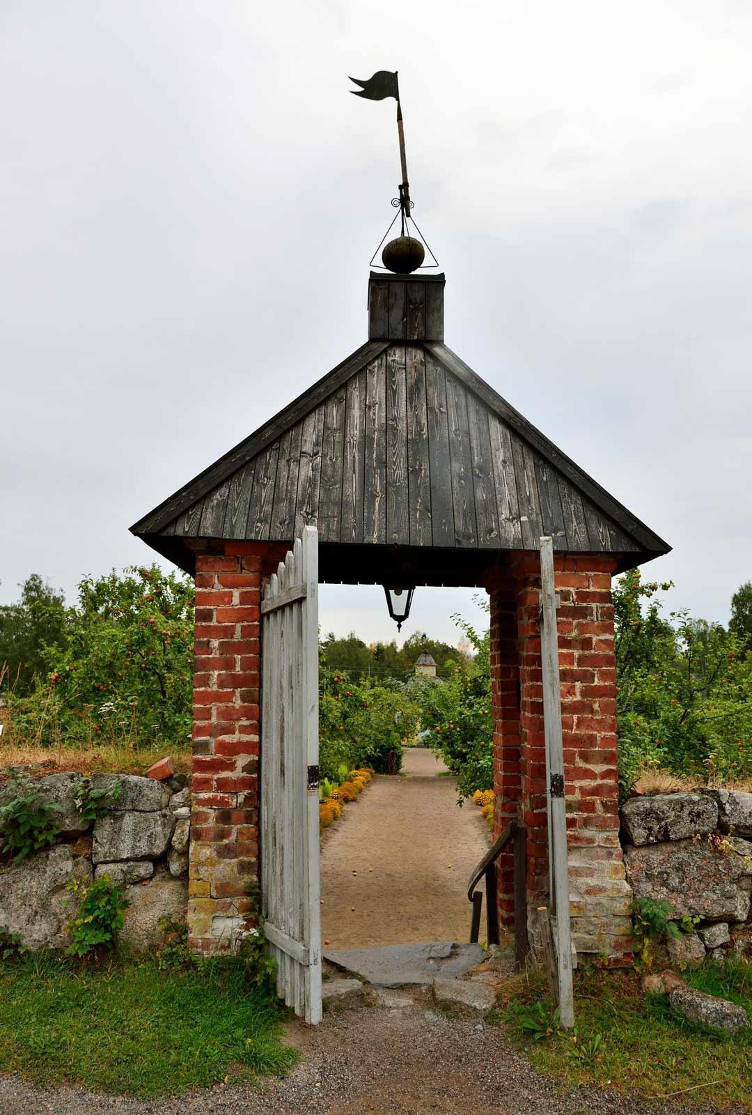 Rosenlundin pappilan nykyinen päärakennus on rakennettu 1798. Puistoalueella on myös kotiseutumuseo vanhassa kivinavetassa.