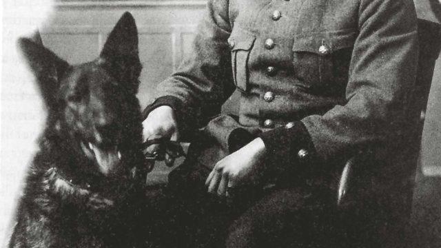 Rajavartiolaitoksen koiratoiminnan perustajat, majuri Torsten Raita ja saksanpaimenkoirauros Caesar.
