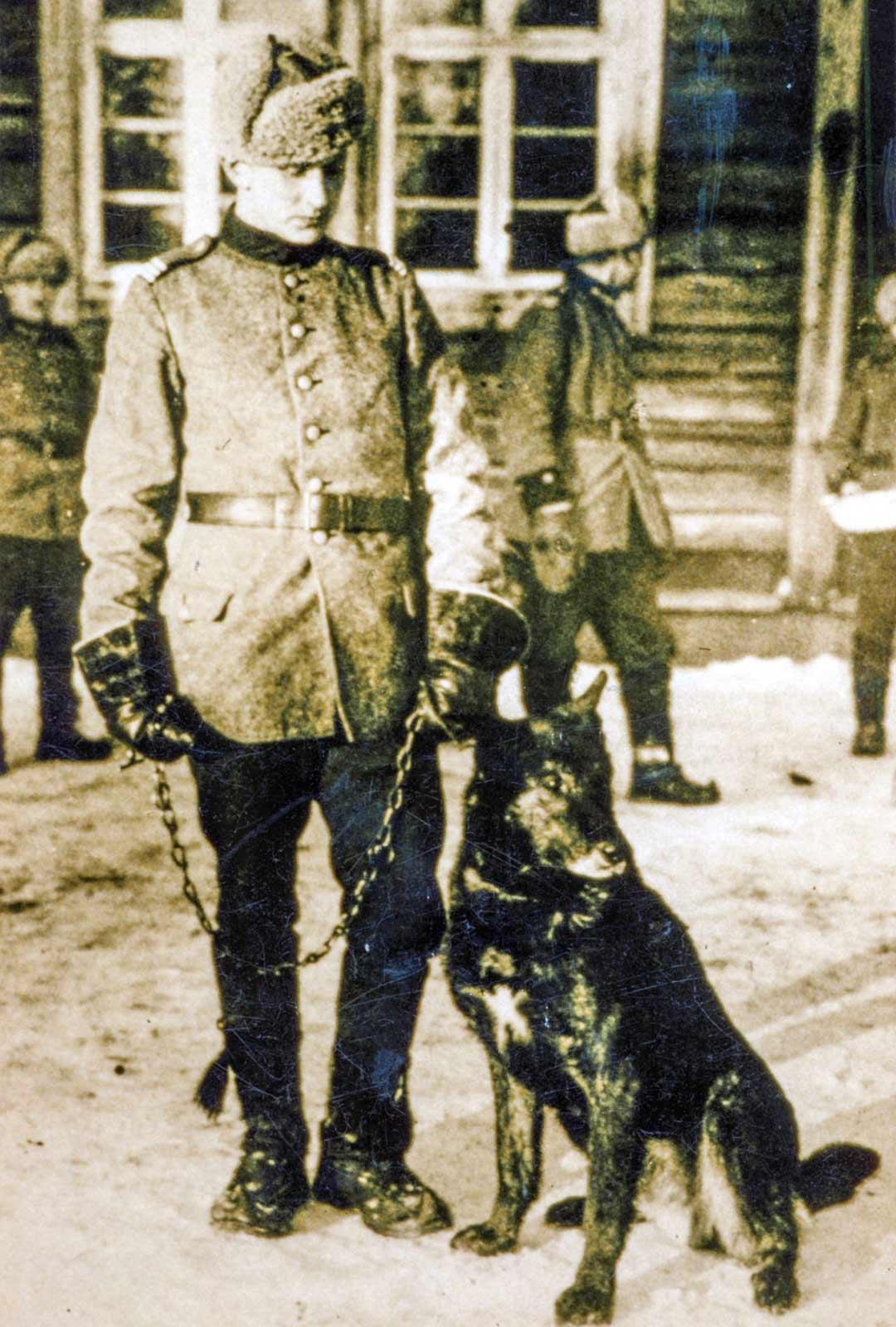 Viimeinen kuva Caesarista ohjaajansa Konrad Rantalan kanssa Sallassa 1929. Taustalla oikealla olevalla rajamiehellä on pesuvadissa koiralle varattua myrkkyä.