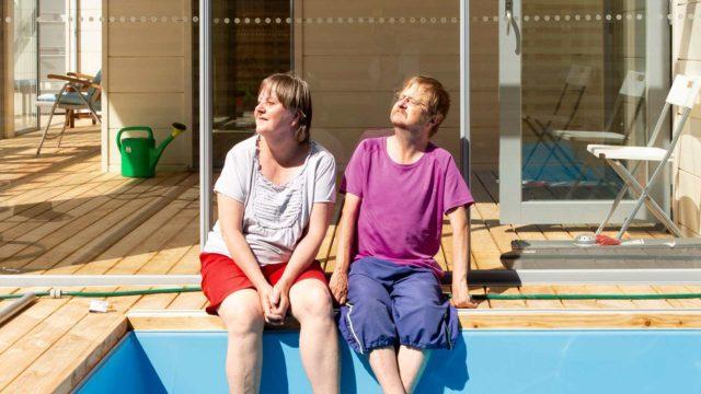 Omasta kodista pitkään haaveilleet Hans ja Briitta Lehtelä eivät halunneet tinkiä asumismukavuuksista.