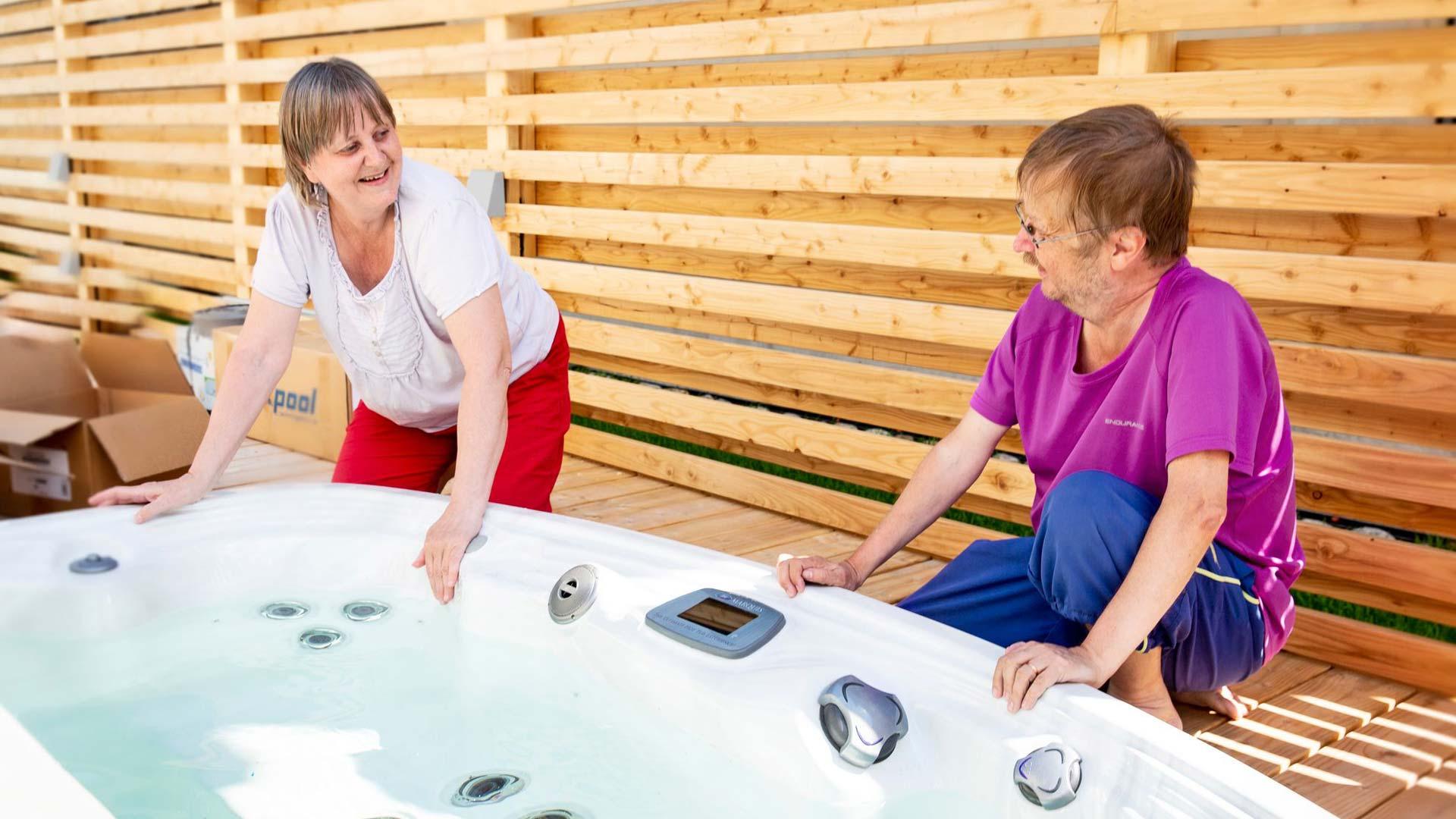 Hans ja Briitta ovat molemmat vesipetoja. Ulkoterassilta löytyy sekä poreallas ja lämmitettävä ulkouima-allas.