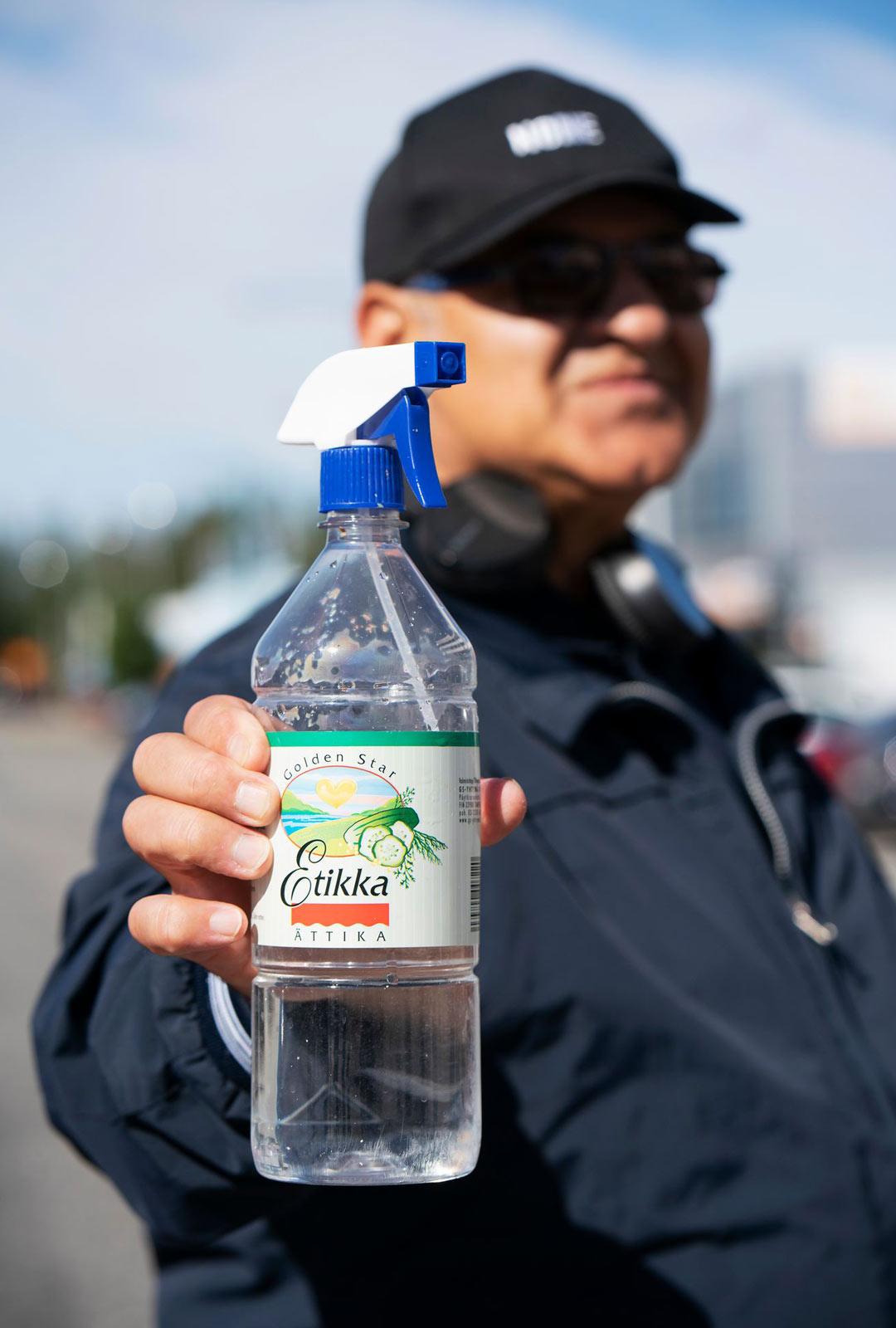 Axel Lindgren torjuu viruksia puhdistamalla kauppareissulla käyttämänsä hansikkaat etikkaliuoksella. Paljaiden käsien puhdistamiseen lääkärit eivät etikkaa suosittele, normaali pesu tai käsidesi sopivat siihen paremmin.
