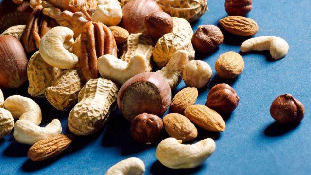 Maustamattomia pähkinöitä ja manteleita on suositeltava käyttää noin 30 grammaa, eli kourallinen päivässä.
