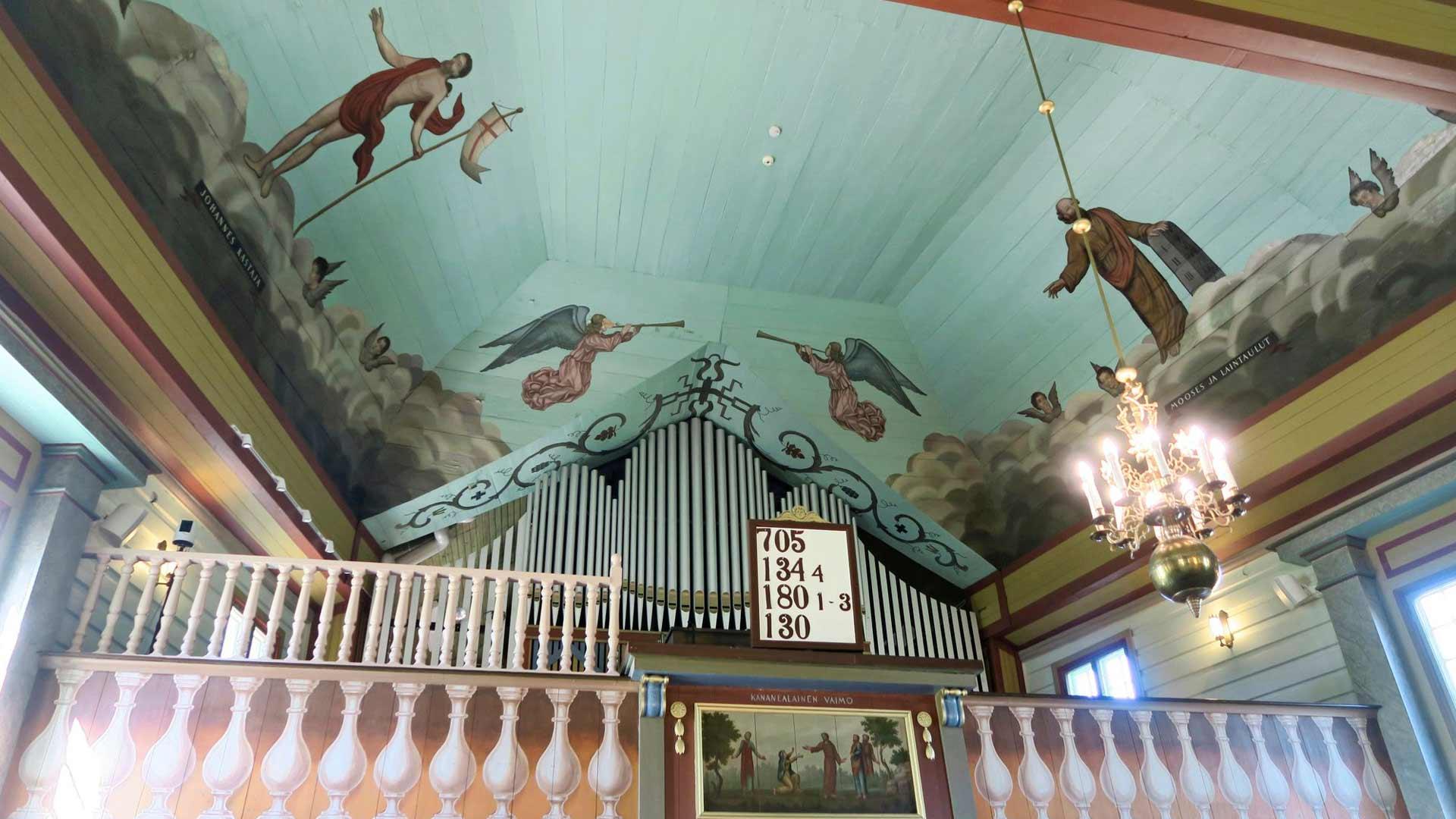 Ilomantsin luterilaista kirkkoa kutsutaan maalausten takia Sadan enkelin kirkoksi. Riitasta paras kombo on ensin kirkko ja sitten metsä – se luo rauhaa.