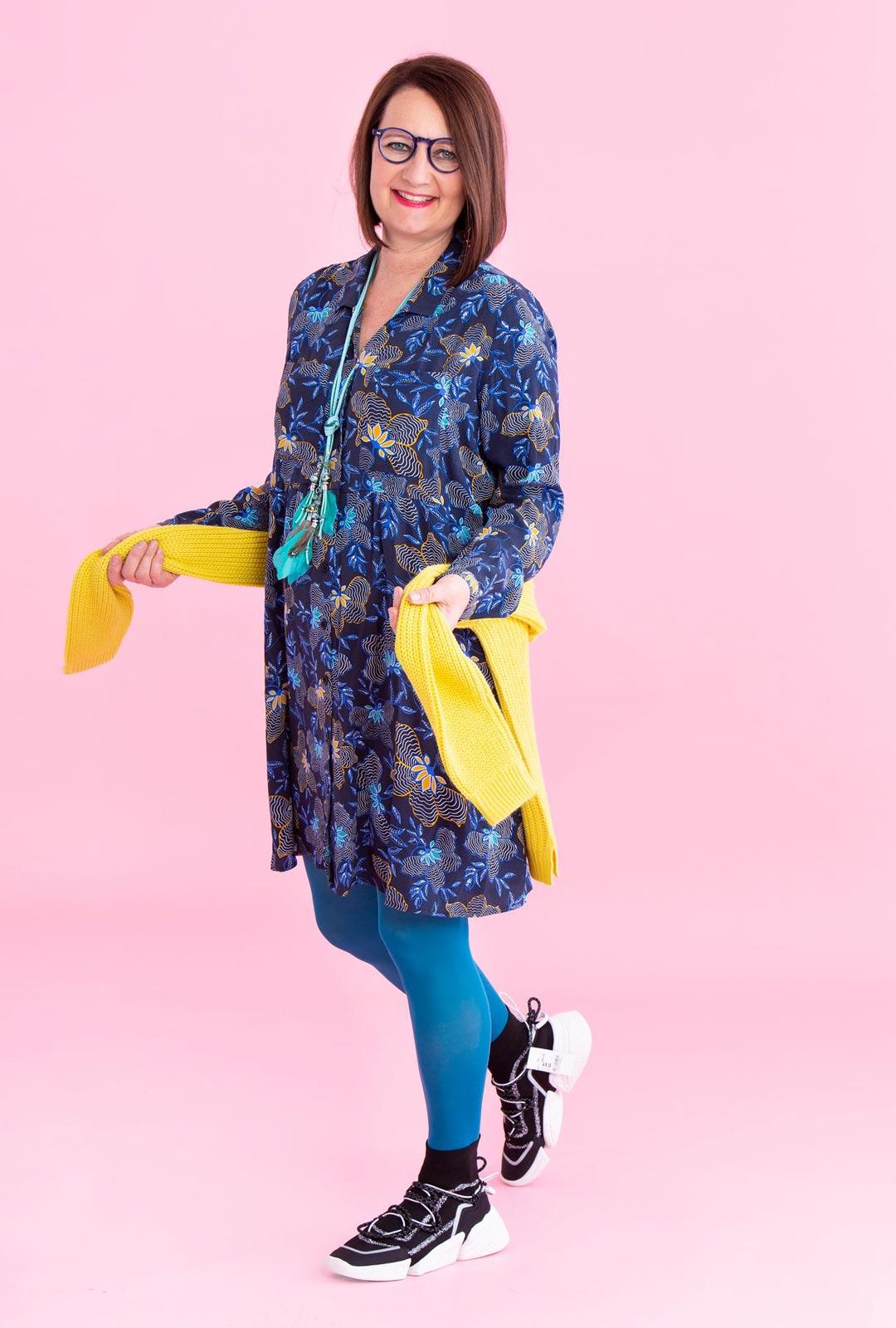 Asusteiden valinta käy helposti, kun värit voi napata suoraan viskoosimekon kuvioista. Turkoosit sukkahousut ja keltainen neule nostavat kuviot esille.