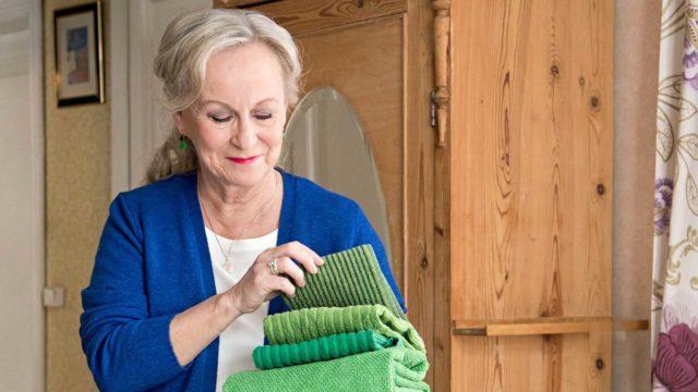 Tarja Salo neuvoo, mistä saa apua kodin korjaamisessa seniorille sopivaksi.