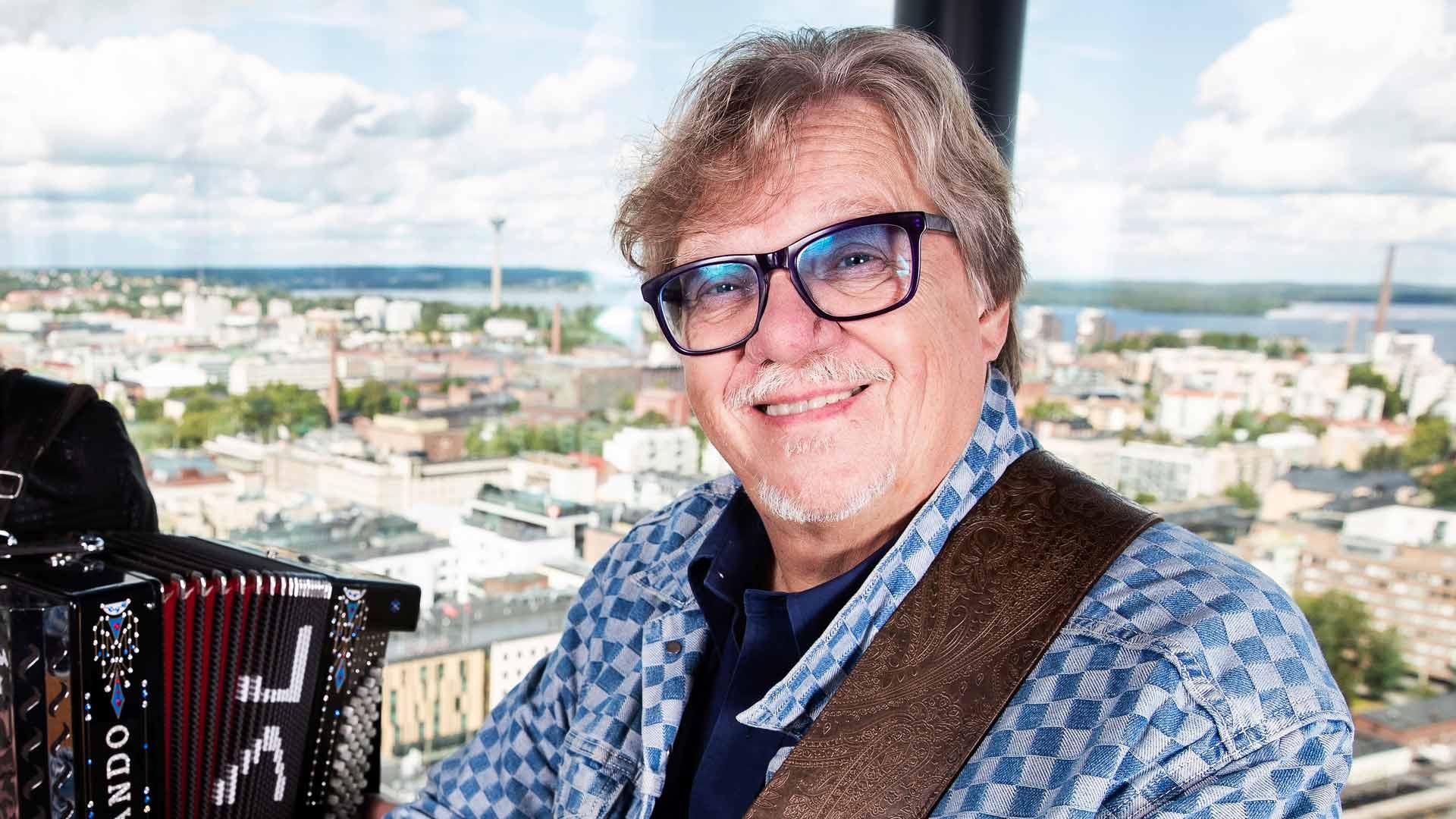 Mikko Alatalo ja Tammerkosken rannalla.