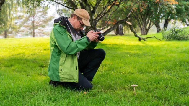 Tapio Kekin ei tarvitse samoilla kauas kotoa etsimään sieniapajia. Outoja sieniä löytyy ihan läheltä – ja lähes joka pikku kävelyllä.