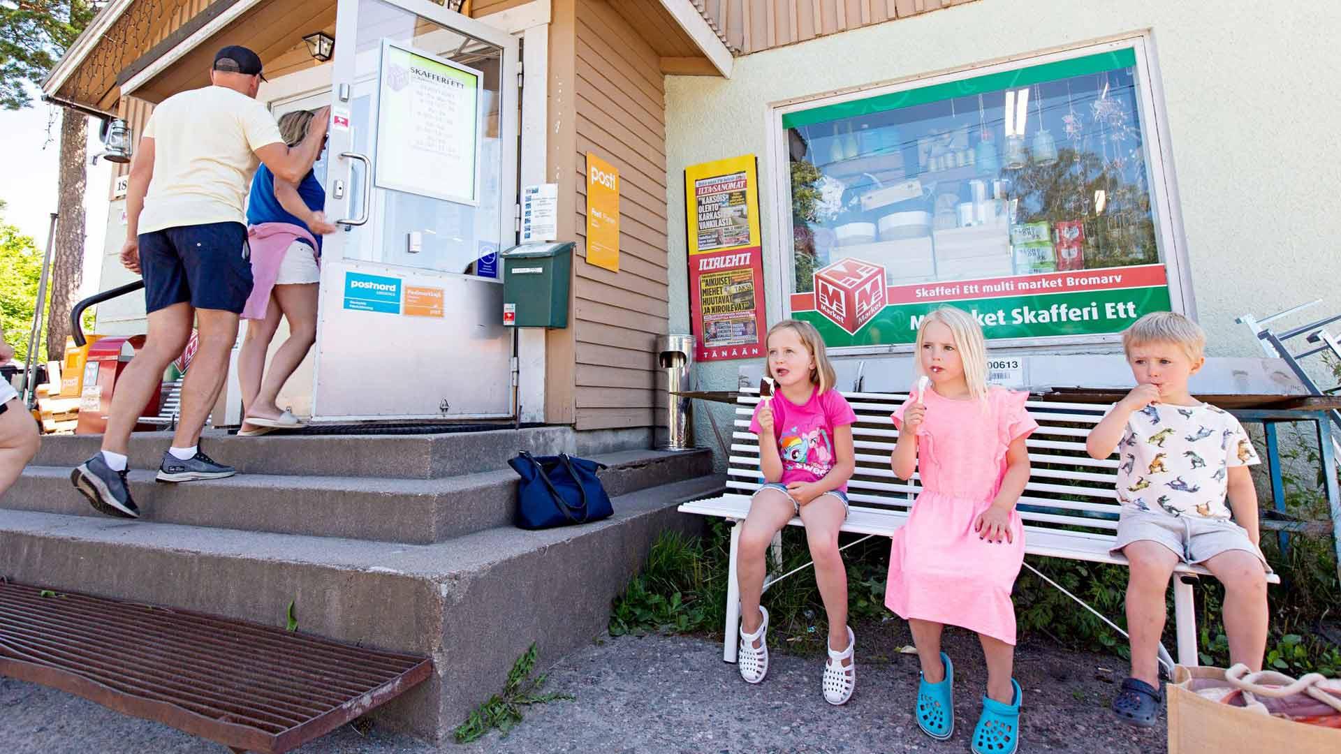 Alva, Vilja ja Liam nauttivat jäätelöstä Bromarvin kyläkaupalla.