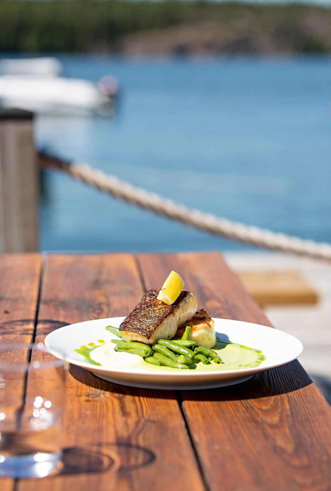 Strandbistro-ravintolan huippuannos on Suomenlahden villilohi bearnaisekastikkeen kera.