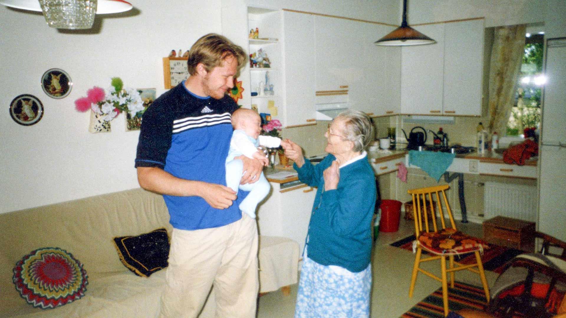 Hannes esittelee esikoistytärtään isänäidilleen Jenni Hyvöselle vuonna 1999. Hannes oli 23-vuotias tullessaan ensi kertaa isäksi.
