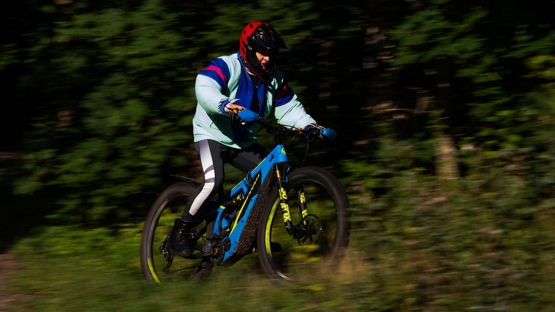 Loukkaantuminen piti Seppo Paakkisen sivussa urheilukentiltä, mutta sähköavusteinen polkupyörä muutti elämän. Paakkinen polkee parhaimmillaan kaksi lenkkiä päivässä.