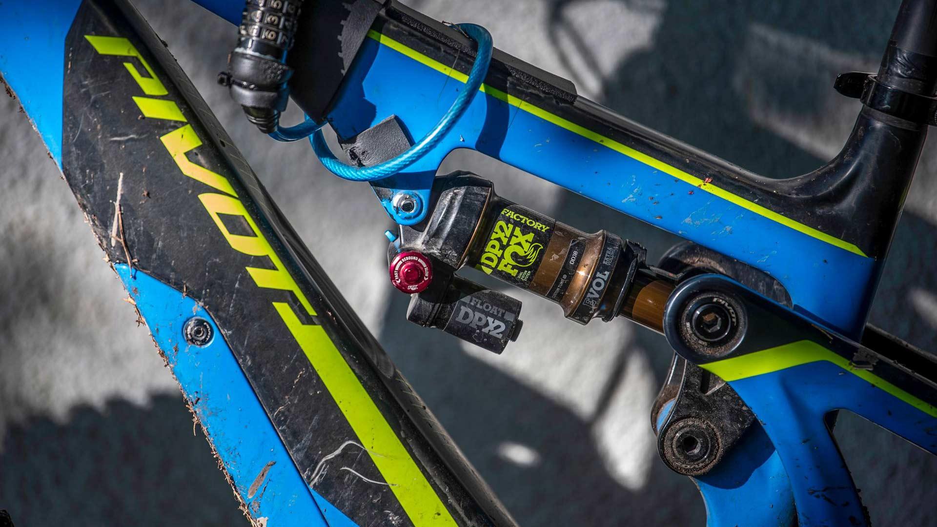 Täysjoustopyörä tuo vakautta ajamiseen ja vauhti kiperille poluille metsän siimeksessä.