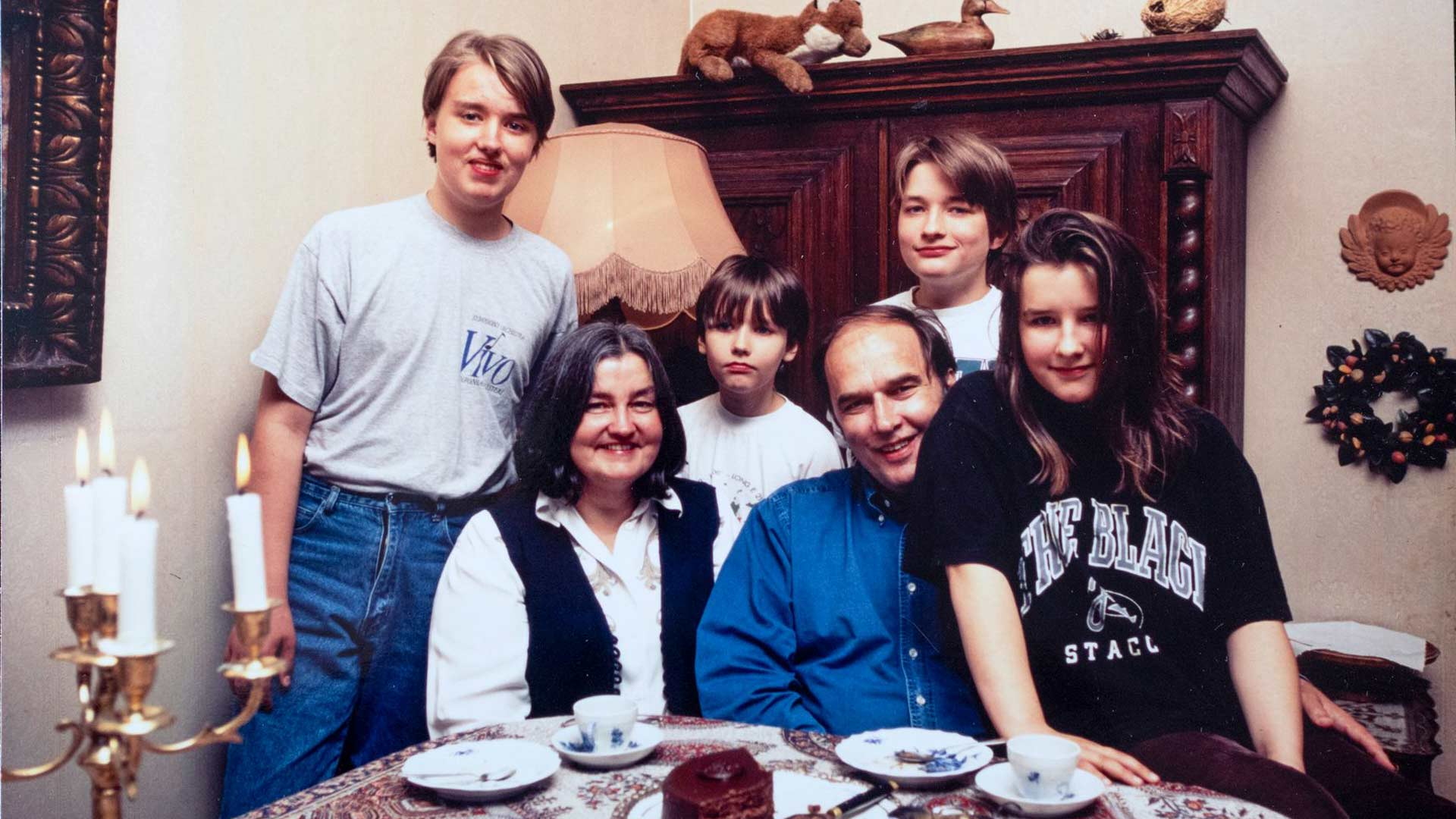 Tikkojen koti Töölössä on ollut aina täynnä elämää ja kulttuuria. Vanha perhekuva ajalta, kun lapset olivat vielä pieniä. Vasemmalta Johannes, Eeva, Petri, Kari, Pauli ja Maisa.