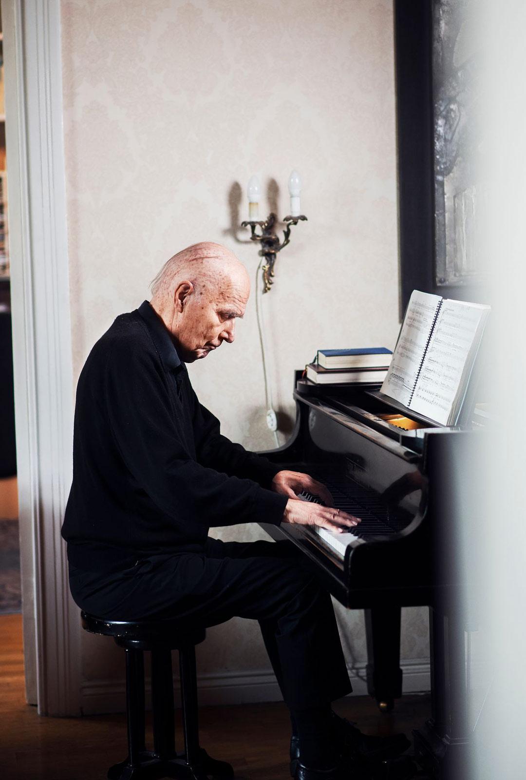 Selvittyään haimasyövästä Kari Tikka ymmärsi, että hän on saanut aikaa paitsi läheisille myös säveltämiselle. Hän työsti loppuun oopperan Rakkaus on väkevä kuin kuolema.