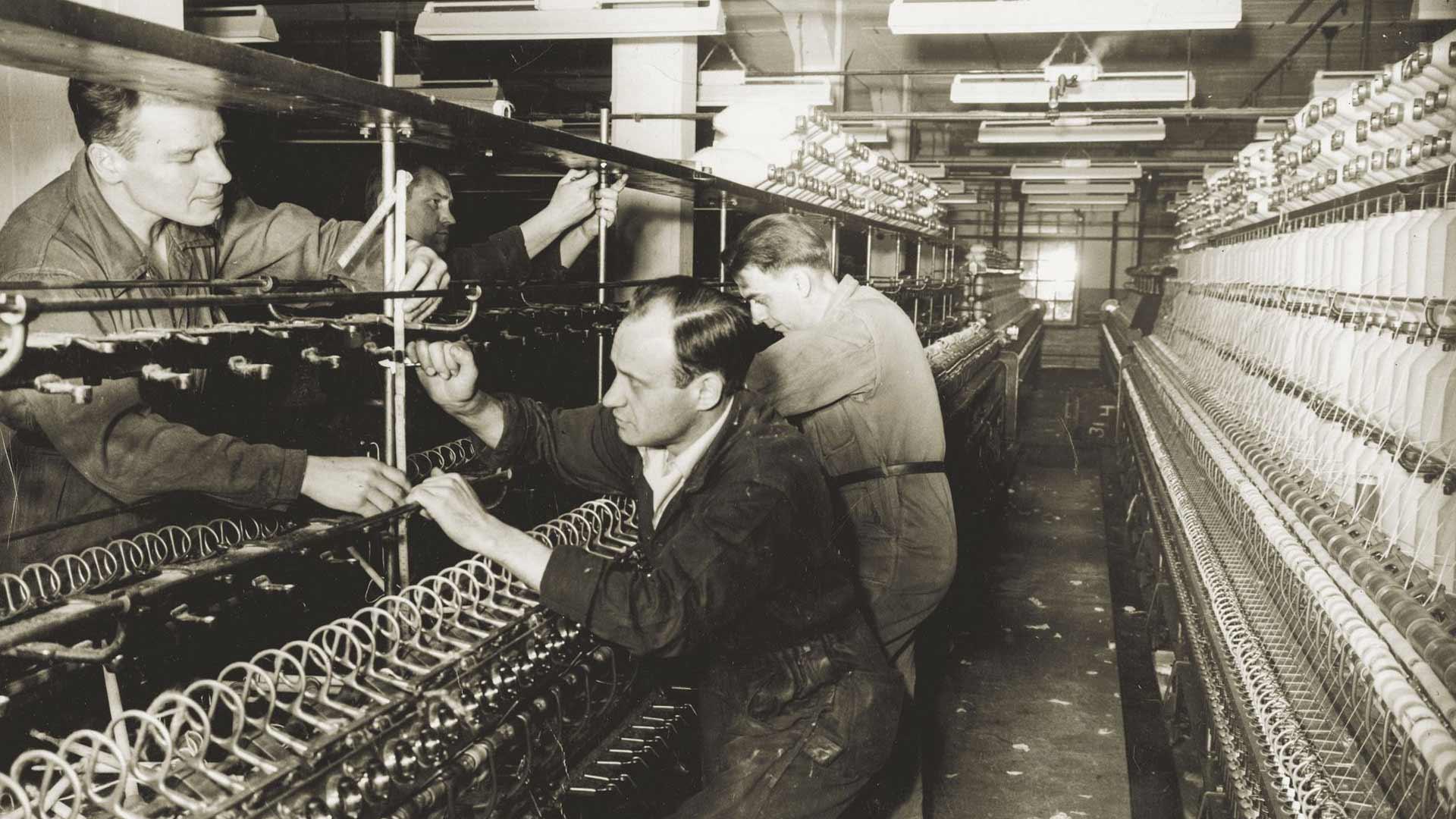 Kirjoittamisen alkuvuosina Väinö Linna teki päivätyötä karstaajana Finlaysonin tehtaalla.