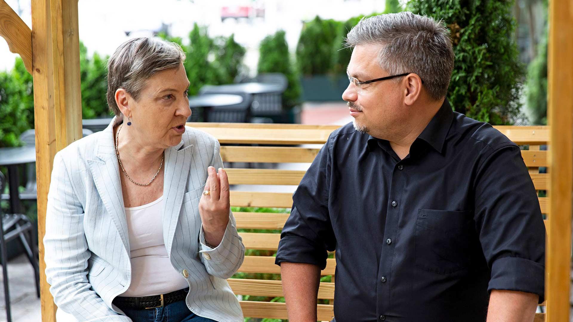 Tommi Kinnunen kertoi toimittaja Marja-Terttu Yli-Sirniölle, että Ei kertonut katuvansa -romaani lähti liikkeelle edellisen romaanin ollessa vielä kesken.