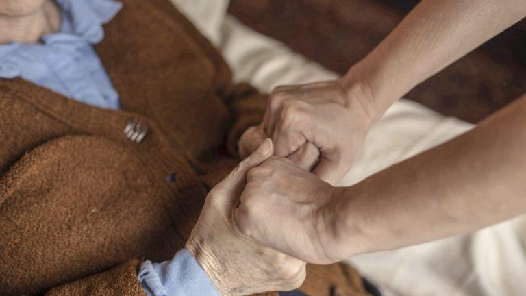 Suurin osa suomalaisista haluaisi kuolla kotona. Toive täyttyy lopulta kuitenkin harvoin, koska saattohoito kotona vaatisi usein omaisten tukemista.