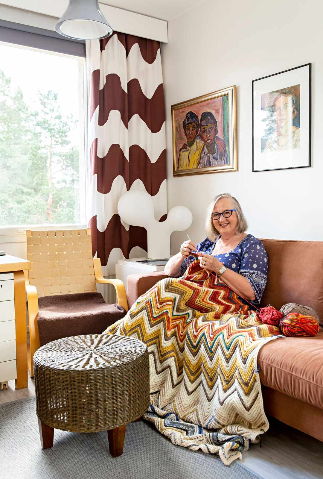 Tuulan Saarisen lempipaikka on telkkarihuoneen sohva, jossa hän virkkaa lämpötilapeittoa. Ideana on virkata yksi kerros päivässä päivän lämpötilan määrittämällä värillä.